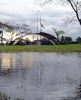 SAO PAULO, 22 DE FEVEREIRO DE 2013. - Treino do Corinthians  - com Bandeiras do Brasil e do Corinthians à meio mastro ao fundo Chuva alaga CT joaquin Grava na zona leste de São Paulo, na tarde desta sexta feira , 22. (FOTO: ALAN MORICI / BRAZIL PHOTO PRESS).