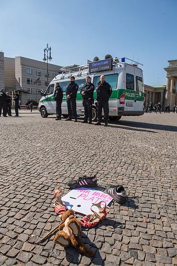 """Die Menschenrechtsorganisation """"Seebruecke"""" rief fuer Samstag den 5. April 2020 zu einer Aktion vor dem Brandenburger Tor unter dem Motto """"#LeaveNoOneBehind"""" (Lasst keinen zurueck) auf. Seebruecke fordert, dass die Bundesregierung sofort die gefluechteten Menschen aus den griechischen Fluechtlingslagern evakuiert, die dort seit Monaten unter katastrophalen Bedingungen leben muessen.<br /> Als Zeichen des Protest gegen die Weigerung der Bundesregierung eine Evakuierung durchzufuehren stellten Menschen vor dem Brandenburger Tor Schuhe auf und legten Schilder """"Wir haben Platz"""" hin.<br /> Trotz der Ankuendigung den Protest unter Vorgaben des Infektionsschutzes aufgrund der Beschraenkungen wegen der Covid-19-Pandemie durchzufuehren - ausreichend Abstand zwischen den Menschen und nicht mehr als zwei Personen gleichzeitig - war die Kundgebung von den Behoerden verboten worden. Die Polizei sammelte die Schuhe und Schilder ein, nahm die Personalien von einzelnen Menschen auf.<br /> 5.4.2020, Berlin<br /> Copyright: Christian-Ditsch.de<br /> [NUR FUER REDAKTIONELLE ZWECKE! Werbung nur auf Anfrage beim Fotografen. Inhaltsveraendernde Manipulation des Fotos nur nach ausdruecklicher Genehmigung des Fotografen. Vereinbarungen ueber Abtretung von Persoenlichkeitsrechten/Model Release der abgebildeten Person/Personen liegen nicht vor. NO MODEL RELEASE! Don't publish without copyright Christian-Ditsch.de, Veroeffentlichung nur mit Fotografennennung, sowie gegen Honorar, MwSt. und Beleg. Konto: I N G - D i B a, IBAN DE58500105175400192269, BIC INGDDEFFXXX, Kontakt: post@christian-ditsch.de<br /> Bei der Bearbeitung der Dateiinformationen darf die Urheberkennzeichnung in den EXIF- und  IPTC-Daten nicht entfernt werden, diese sind in digitalen Medien nach §95c UrhG rechtlich geschuetzt. Der Urhebervermerk wird gemaess §13 UrhG verlangt.]"""