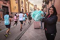 Quer&eacute;taro, Qro. 4 de octubre de 2015.- Al menos unas 19 mil personas se dieron cita en el Quer&eacute;taro Marat&oacute;n 2015, celebrado desde temprana hora en las calles de la capital queretana. <br /> <br /> De acuerdo con reportes oficiales, no se sucitaron graves problemas, salvo algunas torceduras, calambres , un desmayo; durante la atl&eacute;tica justa. <br /> <br /> En el cruce de Avenida de los Arcos y Blvd. B. Quintana personas montaron un stad para abastecer de refresco de cola y cerveza a los corredores. <br /> <br /> Foto: Demian Ch&aacute;vez