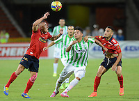 MEDELLÍN -COLOMBIA-13-09-2014. Edwin Cardona (Izq) jugador de Atlético Nacional disputa el balón con Vladimir Marin (Izq) y Gilberto Garcia Olarte (Der) jugadores de Independiente Medellín durante partido por la fecha 9 de la Liga Postobón II 2014 jugado en el estadio Atanasio Girardot de la ciudad de Medellín./ Edwin Cardona (L) player of Atletico Nacional  fights for the ball with Vladimir Marin (L) and Gilberto Garcia Olarte (R) player of Independiente Medellin during the match for the 9th date of the Postobon League II 2014 at Atanasio Girardot stadium in Medellin city. Photo: VizzorImage/Luis Ríos/STR