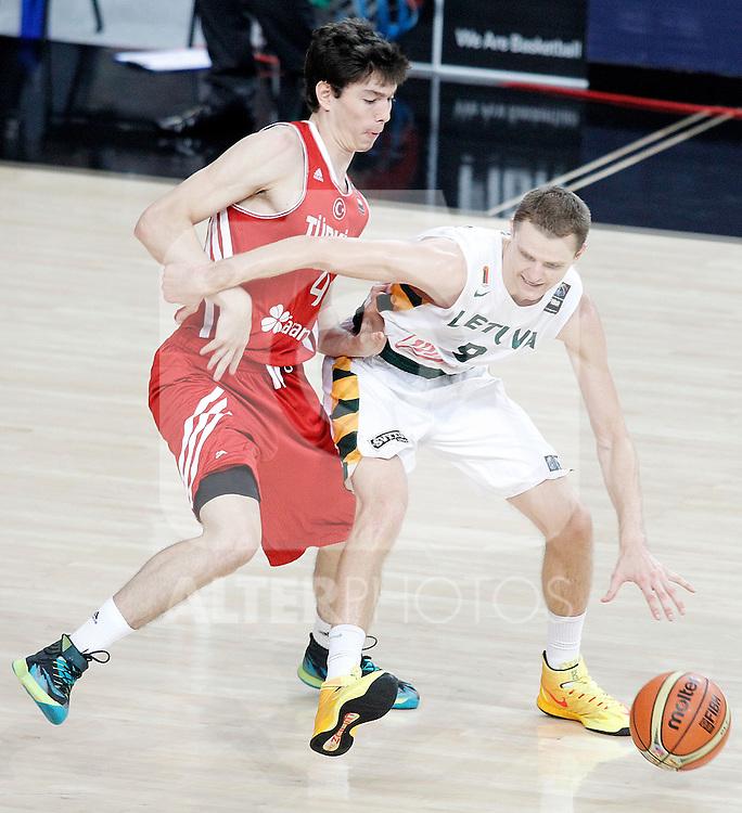Lithuania's Renaldas Seibutis (r) and Turkey's Cedi Osman during 2014 FIBA Basketball World Cup Quarter-Finals match.September 9,2014.(ALTERPHOTOS/Acero)