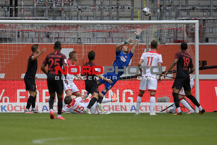 Torchance Augsburg-Florian KASTENMEIER (Torwart Fortuna Duesseldorf) pariert.<br />