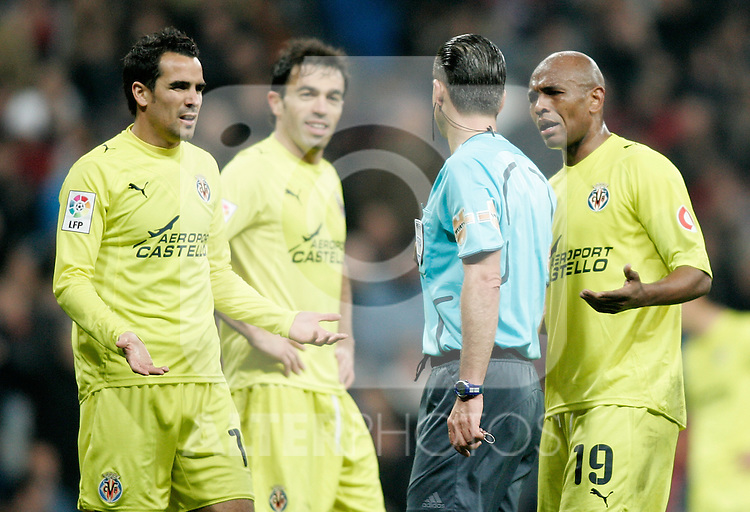 Villareal's Ángel Lopez and Marcos Senna argue with the referee during La Liga match. February 21, 2010. (ALTERPHOTOS/Alvaro Hernandez).