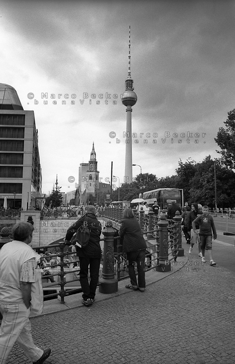 berlino, quartiere mitte, la torre della televisione (fernsehturm) --- berlin, mitte district, the television tower (fernsehturm)