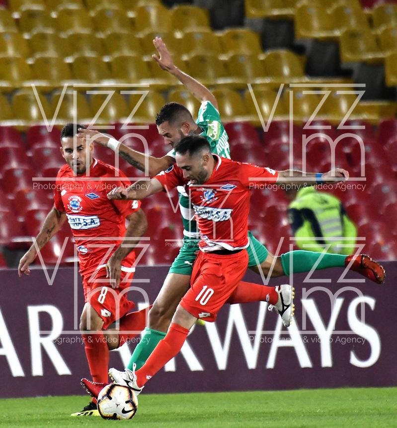 BOGOTÁ - COLOMBIA, 16-04-2019: Jaider Riquett de La Equidad (COL) y Marcos Melgarejo, Hugo Lusardi de Independiente F.B.C. (PAR), disputan el balón, durante partido de la primera etapa entre La Equidad (COL) y el Independiente F.B.C. (PAR), por la Copa Conmebol Sudamericana 2019 en el estadio Nemesio Camacho El Campin, de la ciudad de Bogotá. / Jaider Riquett of La Equidad (COL) and Marcos Melgarejo, Hugo Lusardi of Independiente F.B.C. (PAR), fight for the ball during a match between La Equidad (COL) and Independiente F.B.C. (PAR), as part of the first stage for the Conmebol Sudamericana Cup 2019 in the Nemesio Camacho El Campin stadium in Bogota city. Photo: VizzorImage / Alejandro Rosales / Cont.