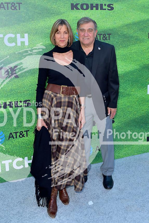 Wendie Malick und Dan Lauria bei der Premiere der FOX TV-Serie 'Pitch' auf dem West LA Little League Field. Los Angeles, 13.09.2016