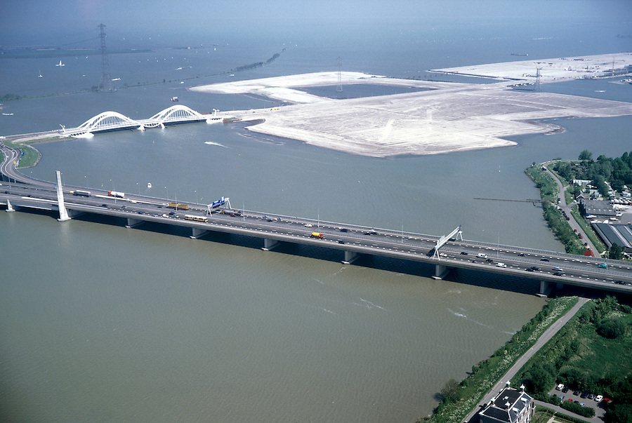 Nederland, Amsterdam, IJburg, 17-05-2002;  ringweg A10 in het Buiten IJ, met daarachter de eilanden van IJburg en de Enneus Heerma brug, rechtsonder polderhuis (zetel van het waterschap) aan de Diemerzeedijk; VINEX lokatie woningbouw IJsselmeer verkeer;A10 Ring Road in the IJ, with behind the islands of IJburg and Enneus Heerma bridge, right under polderhuis (seat of the water board) on the Diemer Zeedijk; VINEX location housing IJsselmeer;<br /> luchtfoto (toeslag), aerial photo (additional fee)<br /> foto /photo Siebe Swart