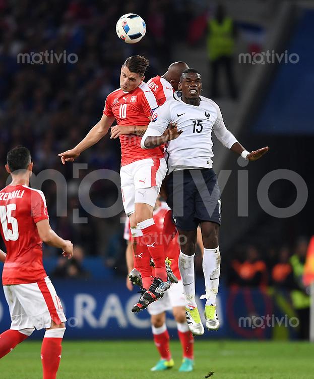 FUSSBALL EURO 2016 GRUPPE A IN LILLE Schweiz - Frankreich     19.06.2016 Granit Xhaka (li, Schweiz) gegen Paul Pogba (Frankreich)