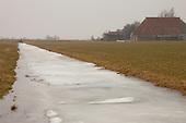 Wetterskip Fryslân stopte vrijdag 12 februari 2010 met het afstromen en waar mogelijk malen van het overtollige water in de polders en Friese boezem. Met deze aanpak test het waterschap of het natuurijs sneller op dikte komt en daarmee de kans op schaatstoertochten bevorderd wordt. Vrijdag 19 februari 2010 werd het malen hervat. Ook werd in de polders het overtollige water weer weggepompt. Op een aantal plaatsen bleek het waterpeil flink te zijn gestegen.