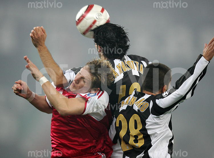 Fussball International Champions League 2004/2005 Gruppe C Juventus Turin - Bayern Muenchen Bastian Schweinsteiger (FCB,li) gegen Fabio Canavaro (Juve,re) und Gianluca Zambrotta (Juve)