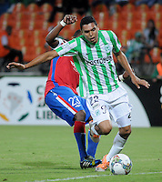 MEDELLÍN -COLOMBIA-11-03-2014. Daniel Bocanegra (Der) de Atlético Nacional de Colombia disputa el balon con Santiago Garcia (Izq) de Nacional de Uruguay durante el partido de la segunda fase, grupo 6 de la Copa Libertadores de América en el estadio Atanasio Girardot en Medellín, Colombia./ Daniel Bocanegra (R) player of Atletico Nacional of Colombia battles for the ball with Santiago Garcia (L) of Nacional of Uruguay during macth of the second phase, group 6 of the Copa Libertadores championship played at Atanasio Girardot stadium in Medellin, Colombia. Photo: VizzorImage/ Luis Ríos /STR