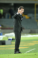 BOGOTA - COLOMBIA – 21-08-2014: Franco Navarro, técnico de Universidad Cesar Vallejo Club de Futbol de Peru, da instrucciones a los jugadores durante partido de ida de la primera fase, llave G14 de la Copa Total Suramericana entre Millonarios de Colombia y Universidad Cesar Vallejo Club de Futbol de Peru, en el estadio Nemesio Camacho El Campin de la ciudad de Bogota. / Franco Navarro, coach Universidad Cesar Vallejo Club de Futbol of Peru, gives instructions to the playes during a match for the first leg, of the first phase, Key G14 between Millonarios de Colombia and Universidad Cesar Vallejo Club de Futbol of Peru of the Copa Total Suramericana in the Nemesio Camacho El campin Stadium in Bogota city. Photos: VizzorImage / Luis Ramirez / Staff.