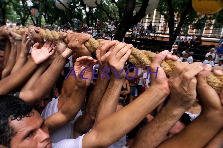 Promesseiros levantam a corda em homenagem a Nossa Senhora de Nazar&eacute;. O C&iacute;rio ocorre a mais de 200 anos em Bel&eacute;m e as estimativas s&atilde;o de que mais de 1.500.000 pessoas acompanhem a prociss&atilde;o.<br />Bel&eacute;m-Par&aacute;-Brasil<br />12/10/2003<br />&copy;Foto Paulo Santos/Interfoto<br />Digital