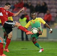 FUSSBALL   INTERNATIONAL   Testspiel    Albanien - Kamerun       14.11.2012 Henri Bedimo (re, Kamerun) gegen Odise Roshi (Albanien)