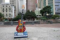 SÃO PAULO, SP, 11.05.2015 - Instrumento musical é exposto no Vale do Anhangabaú no centro de São Paulo como parte da Guitar Parade, mostra de arte pública, com guitarras de 2,5m de altura sobre bases de 40 cm, customizadas por artistas do Led?s Tattoo. A exposição acontece em algumas das principais vias de São Paulo, em comemoração aos 30 anos de Rock in Rio.( Foto: Gabriel Soares / Brazil Photo Press)