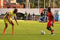 TUNJA-COLOMBIA, 21-09-2019: Jhon Arias de Patriotas Boyacá y Geovan Montes de Atlético Huila disputan el balón, durante partido de la fecha 12 entre Patriotas Boyacá y Atlético Huila, por la Liga Águila II 2019, jugado en el estadio La Independencia de la ciudad de Tunja. / Jhon Arias of Patriotas Boyaca and Geovan Montes of Atlético Huila figh for the ball, during a match of the 12th date between Patriotas Boyaca and Atletico Huila, for the Aguila Leguaje II 2019 played at the La Independencia stadium in Tunja city. / Photo: VizzorImage / José Miguel Palencia / Cont.