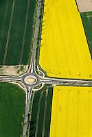 Kreisverkehr: EUROPA, DEUTSCHLAND, NIESDERSACHSEN, (EUROPE, GERMANY), 05.05.2008:Kreisverkehr, Feld, Raps, Verkehr, Weg