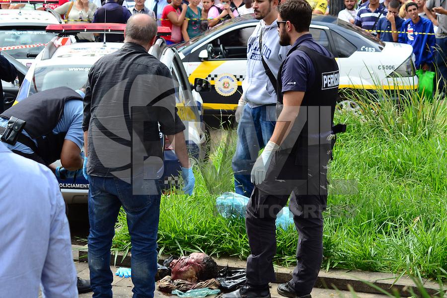 SAO PAULO, SP_ 27.03.2014 CABEÇA NA SÉ Encontrada a cabeça de um homem em um saco verde e preto na Praça da Sé na Região Central da cidade nesta Quinta Feira 27. A  ( Foto: Bruno Ulivieri / Brazil Photo Press )