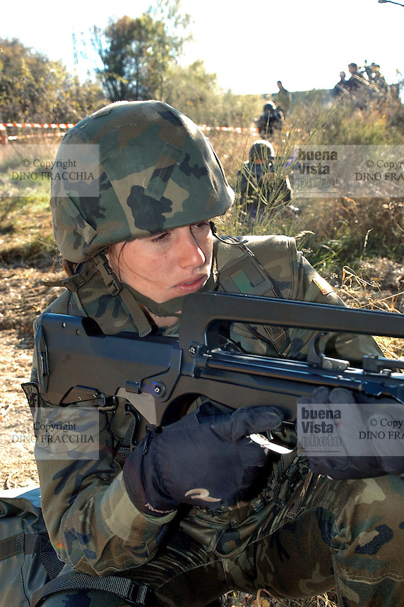 - Eurocorps, European multinational army corps, infantry patrol, Spanish woman soldier with French FAMAS assault rifle ....- Eurocorps, corpo militare multinazionale europeo,.. pattuglia di fanteria, donna soldato spagnola con fucile d'assalto FAMAS francese..