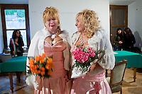 Giuseppe (Bea) della Pelle e Marioara Dadiloveanu si scambiano una carezza durante il loro matrimonio al comune di Nemi.