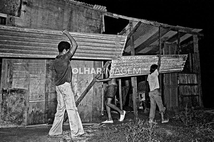 Invasão de terra no Jardim Savério. São Paulo. 1980. Foto de Juca martins.