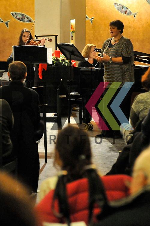 Ludwigshafen 04.12.16 Friedenskirche Weihnachtskonzert Staedtische Musikschule im Bild an der Violine Jessica Skowron, am Klavier Petra Reith und Gesang Anja Pauli.<br /> <br /> Foto &copy; Ruffler For editorial use only. (Bild ist honorarpflichtig - No Model Release!)