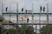 Arbeiter am Samstag (15.06.13) während Vorbereitungen für US-Präsident Barack Obama Besuch am Dienstag und Mittwoch (17.06.13-18.06.13) vor dem Brandenburger Tor in Berlin. Foto: Maja Hitij/CommonLens