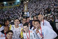 ATENÇÃO EDITOR: FOTO EMBARGADA PARA VEÍCULOS INTERNACIONAIS SÃO PAULO,SP,26 SETEMBRO 2012 - FINAL RECOPA SUDAMERICANA - SANTOS (bra) x UNIVERSIDAD DE CHILE (chi) - jogadores do Santos comemoram titulo da da Recopa Sudameircana no Estádio Paulo Machado de Carvalho (Pacaembu), na região oeste da capital paulista na noite desta quarta feira (26).(FOTO: ALE VIANNA -BRAZIL PHOTO PRESS).
