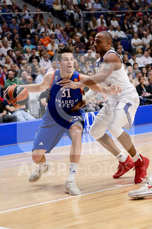 Real Madrid's Dontaye Draper and Anadolu Efes's Thomas Heurtel during Turkish Airlines Euroleague match between Real Madrid and Anadolu Efes at Wizink Center in Madrid, April 07, 2017. Spain.<br /> (ALTERPHOTOS/BorjaB.Hojas)
