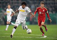 FUSSBALL   DFB POKAL   SAISON 2011/2012   HALBFINALE   21.03.2012 Borussia Moenchengladbach - FC Bayern Muenchen  Dante (li, Borussia Moenchengladbach) gegen Thomas Mueller (FC Bayern Muenchen)
