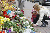 KIEV, UCRANIA, 14.11.2015 - TERRORISMO-FRANÇA - Ucranianos durante homenagens as vitimas dos ataques ocorridos ontem em Paris, ato em frente a embaixada francesa em Kiev na Ucrania, neste sábado, 14. (Foto: Vasyl Shevchenko /Brazil Photo Press)