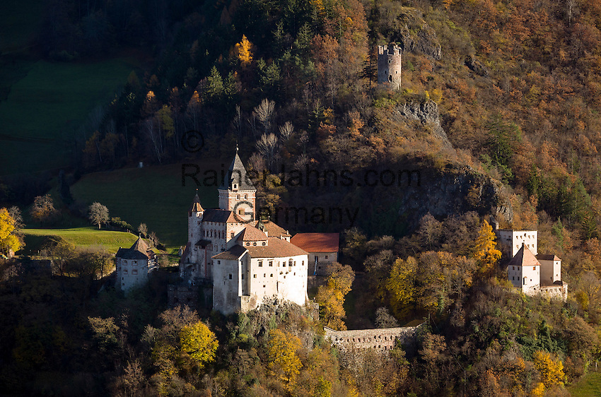 Italy, Alto Adige - Trentino (South Tyrol), Ponte Gardena: Castle Trostburg near Ponte Gardena at Valle Isarco | Italien, Suedtirol (Alto Adige-Trentino), Waidbruck: Die Trostburg mit Roemerturm (Kreideturm) und darunter Pfaffenturm bei Waidbruck im Eisacktal