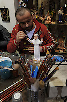 NAPOLI PAPA FRANCESCO   ENTRA NELPRESEPE NAPOLETANO.L'ARTIGIANO GENNY DI VIRGILIO CREA LA STATUINA DEL NUOVO PONTEFICO JORGE BERGOGLIO. FOTO CIRO DE LUCA