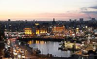 Nederland  Amsterdam 2016 . Amsterdam bij zonsondergang. Het stationsgebied. Foto Berlinda van Dam / Hollandse Hoogte