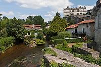 Europe/France/Aquitaine/24/Dordogne/Bourdeilles: Depuis le pont sur la Dronne vue sur le village avec son moulin et son château