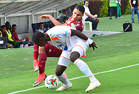 IBAGUE - COLOMBIA, 17-02-2019: Daniel Cataño de Deportes Tolima disputa el balón con Nicolas Giraldo de Envigado FC durante partido por la fecha 5 de la Liga Águila I 2019 jugado en el estadio Manuel Murillo Toro de la ciudad de Ibagué. / Daniel Cataño of Deportes Tolima vies for the ball with Nicolas Giraldo of Envigado FC during match for the date 5 of the Aguila League I 2019 played at Manuel Murillo Toro stadium in Ibague city. Photo: VizzorImage / Juan Carlos Escobar / Cont