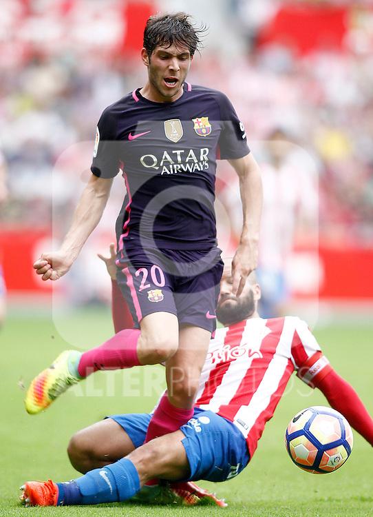 Sporting de Gijon's Alberto Lora (r) and FC Barcelona's Sergi Roberto during La Liga match. September 24,2016. (ALTERPHOTOS/Acero)