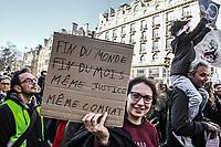 Manifestazione per il clima Manifestanti con cartelli a favore di interventi per il clima e per salari
