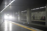 RIO DE JANEIRO, RJ, 19.05.2014  - FUMAÇA NO METRO  RJ - Fumaça foi vista na estação Presidente Vargas o Metro Rio e equipes de manutenção foram acionadas o Metro Rio ainda não sem manifestou sobre a fumaça, e hoje entra em vigor as novas tarifas do Metro, na região central da cidade nessa segunda 19. (Foto: Levy Ribeiro / Brazil Photo Press)