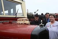 Martina Walter mit ihrem Streichholz-Modell des Wismarer Schienenbus zusammen mit den beiden Projektarbeitern des Vereins für das große Original Ralf Krämer und Wolfgang Korell - Darmstadt 02.04.2017: Saisoneröffnung im Eisenbahnmuseum Kranichstein