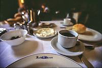 SIRIA Aleppo ,Hotel Baron,la colazione e i piatti d'epoca con il logo dell'albergo