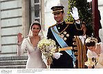 El principe Felipe de Borbon y Letizia Ortiz saliendo de la Catedral de la Almudena despues de celebrar su boda. Madrid, España, 22/05/04..Prince Felipe of Borbon and Letizia Ortiz going out of Almudena Cathedral after their wedding. Madrid, Spain, 05/22/04.
