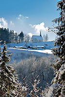 Deutschland, Oberbayern, Chiemgau, bei Schleching: Streichenkapelle St. Servatius und Berggasthof Streichen im Winter | Germany, Upper Bavaria, Chiemgau, near Schleching: Streichen Chapel St. Servatius and mountain inn Streichen
