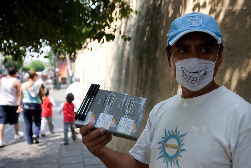 April 25, 2009 - Mexico City, Mexico - A resident of the Mexican capital wear surgical masks to protect himself from the swine Flu. Photo credit: Benedicte Desrus / Sipa Press