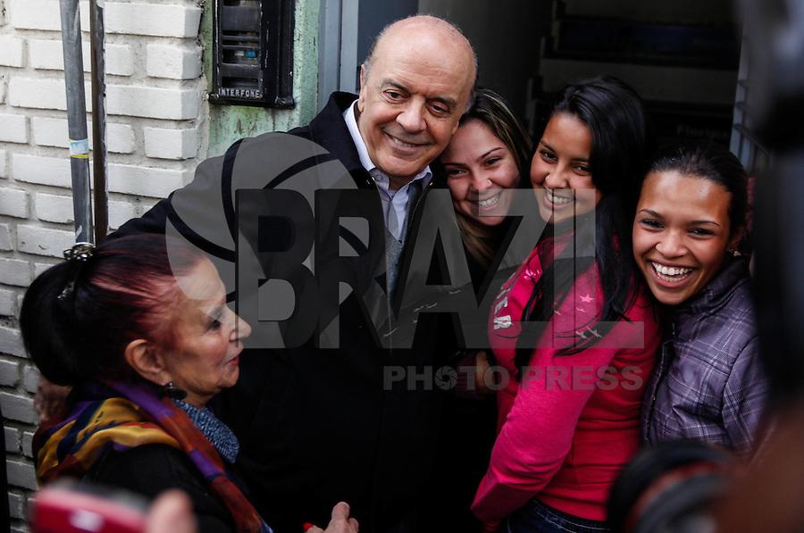 ATENCAO EDITOR FOTO EMBARGADA PARA VEICUO INTERNACIONAL - SAO PAULO, SP, 26 DE SETEMBRO 2012 - ELEICOES SP - JOSE SERRA - O candidato a prefeitura de Sao Paulo, Jose Serra (PSDB) durante visita ao comercio do Tatuape na praca Silvio Romero na regiao leste da capital paulista na tarde dessa quarta-feira, 26. FOTO: VANESSA CARVALHO - BRAZIL PHOTO PRESS.