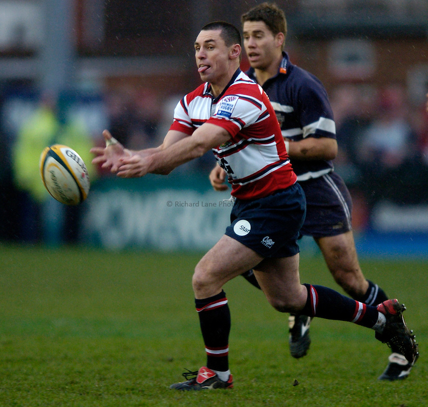 Photo. Richard Lane..Gloucester v Bristol Shoguns. Powergen Cup. 22/01/2005..Duncan McRae passes.