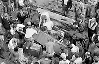 LETTLAND, 20.08.1991.Riga.Waehrend des Anti-Gorbatschow-Putsches versuchen sowjetische Truppen, die Kontrolle ?ber Riga zu erhalten, mit dem Scheitern des Putsches gewinnt Lettland endgueltig seine Unabhaengigkeit. Ð Sowjetische Sondertruppen marodieren mit ihren Radpanzern immer wieder durch die Stadt. Daher versuchen die Menschen wieder, Barrikaden zu errichten..During the anti-Gorbachev-coup Soviet troops try to obtain control of Riga. With the failure of the coup Latvia finally regains its independence. - With Soviet special units ruthlessly driving through the town with their armoured vehicles, people take to erecting makeshift barricades..© Martin Fejer / EST&OST