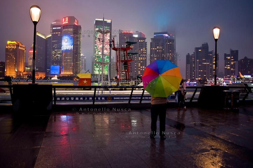Il distretto finanziario di Shanghai visto dal Bund. <br /> Skyline at night of Lujiazui, the financial district of Shanghai, as seen from the Bund.