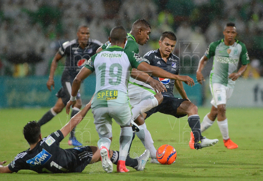 MEDELLÍN -COLOMBIA - 11-06-2017: Elkin Blanco (C) jugador de Atlético Nacional disputa el balón con Jhon Duque Arias (Der) y Maximiliano Nuñez (Izq) jugadores de Millonarios durante partido de vuelta por los semifinales de la Liga Águila I 2017 jugado en el estadio Atanasio Girardot de la ciudad de Medellín. / Elkin Blanco (C) player of Atletico Nacional fights for the ball with Maximiliano Nuñez (L) and Jhon Duque Arias (R) players of Millonarios during second leg match for the semifinals of the Aguila League I 2017 at Atanasio Girardot stadium in Medellin city. Photo: VizzorImage/León Monsalve/Cont