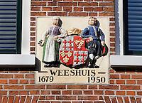Gevelsteen in Harlingen. Voormalig Weeshuis. ( Let op: foto heeft een kleine afmeting)